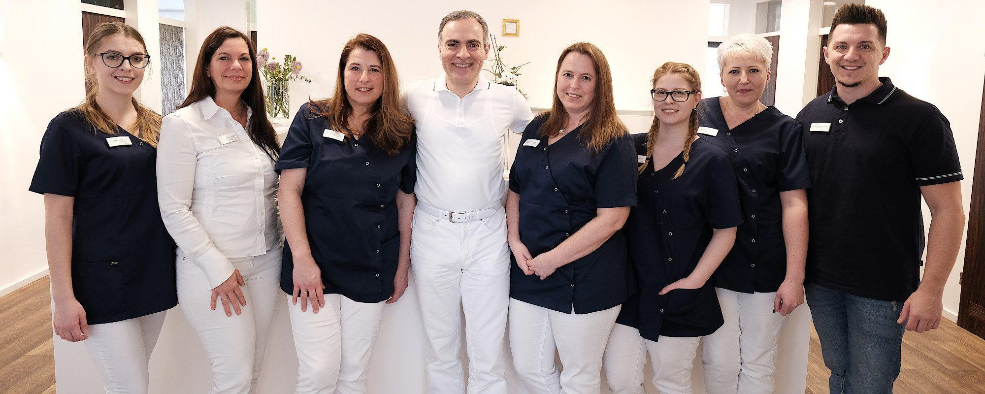Zahnarzt Dr. Saidi mit seinem Team