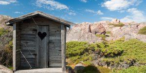 Toilettenhäuschen in den Bergen